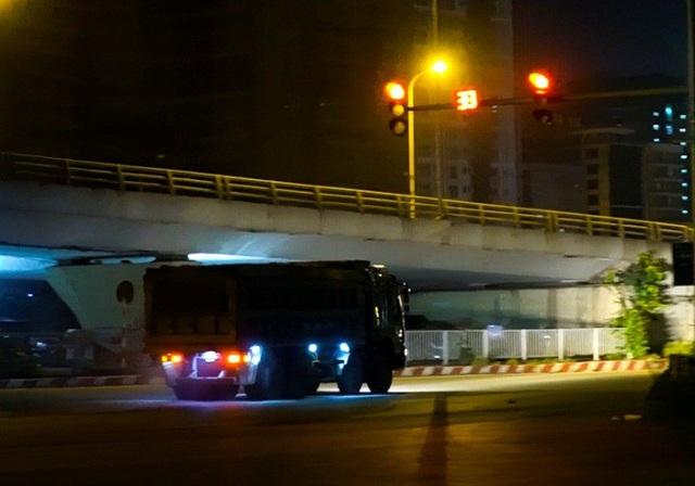 Lúc hơn 11h đêm tại nút giao cầu vượt Mai Dịch (Cầu Giấy), chiếc xe tải hổ vồ bấm còi inh ỏi, lao đi rất nhanh trong khi đèn tín hiệu báo đỏ còn tận 33 giây.