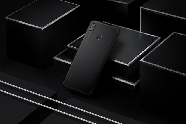 Smartphone có thiết kế nguyên khối với bề mặt nhám nhẹ cho cảm giác cầm nắm chắc chắn khi chơi game