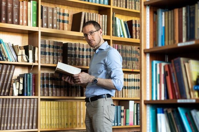 Con đường đến với sự nghiệp nghiên cứu toán học chuyên nghiệp của giáo sư Alessio Figalli hết sức tình cờ. (Ảnh: Quanta Magazine)