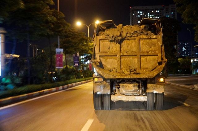 Nhiều xe có dấu hiệu quá khổ, cơi nới thành thùng, chở vật liệu xây dựng và đi với tốc độ cao rất nguy hiểm. Những xe này chủ yếu phục vụ các công trình xây dựng trên địa bàn.