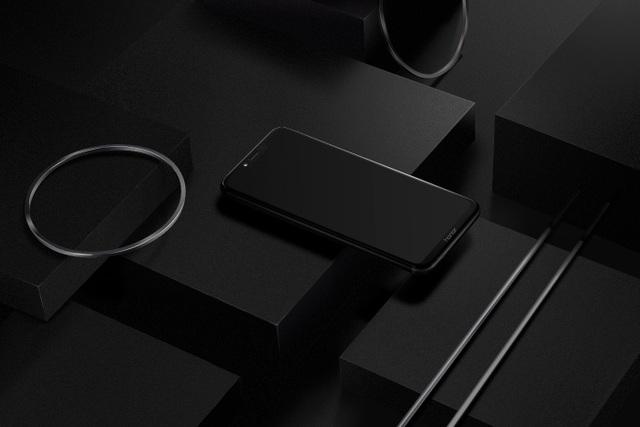 Honor Play có màn hình IPS LCD 6.3 inch, tỷ lệ khung hình 19,5: 9 với độ phân giải FullView, máy vẫn có phần tai thỏ tương tự như Honor 10. Đồng thời, phần viền màn hình được làm mỏng đáng kể.