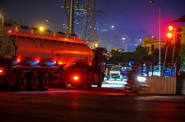 Xe bồn thản nhiên vượt đèn đỏ.