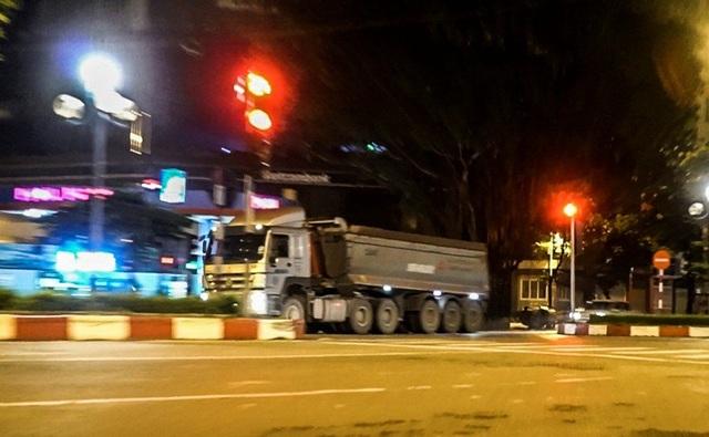 Xe hổ vồ phóng như bay, vượt đèn đỏ trên đường Hoàng Quốc Việt.