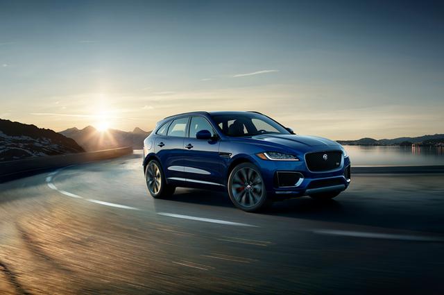 Mẫu SUV đầu tiên và danh tiếng của báo đốm Jaguar F-PACE sẽ phô diễn hiệu suất thể thao trên đường đua mô phỏng.