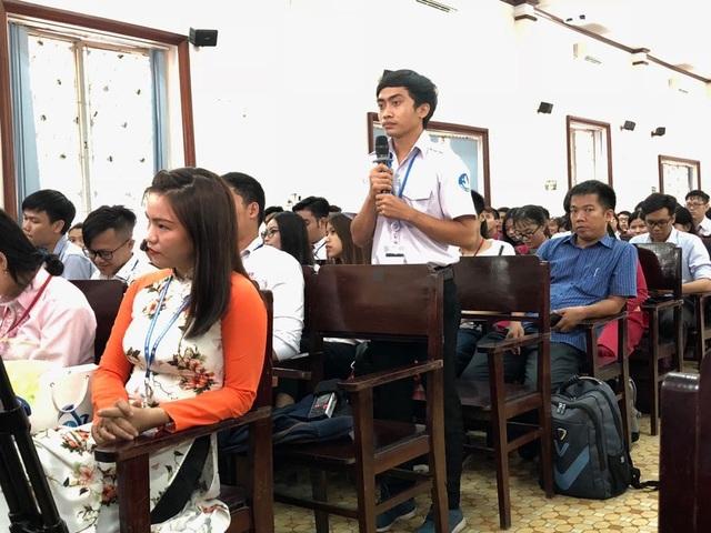 Sinh viên trường ĐH Sài Gòn nêu ý kiến với lãnh đạo TPHCM trong buổi gặp gỡ