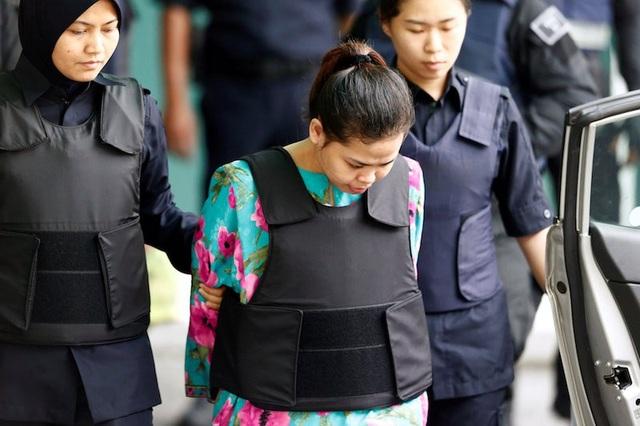 Nghi phạm Siti Aisyah bị áp giải tại Malaysia (Ảnh: Reuters)