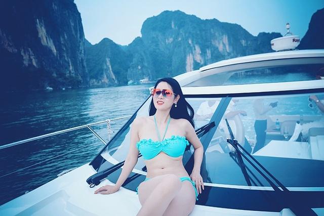 Người đẹp sinh năm 1992 khoe khéo thân hình nuột nà trong bộ bikini màu xanh. Sắc màu tươi trẻ của bộ đồ bơi này cũng giúp Hà Vy tôn lên làn da trắng sứ của cô.