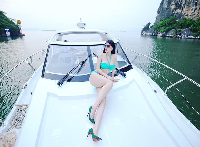 Cô lên du thuyền thả mình giữa khung cảnh đẹp đẽ thơ mộng của vịnh Hạ Long.