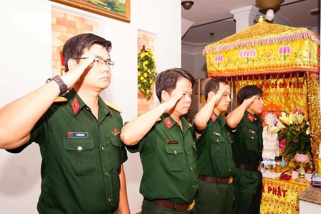 Những người đồng đội trẻ chào tiễn biệt Anh hùng lực lượng vũ trang nhân dân Nguyễn Văn Thương