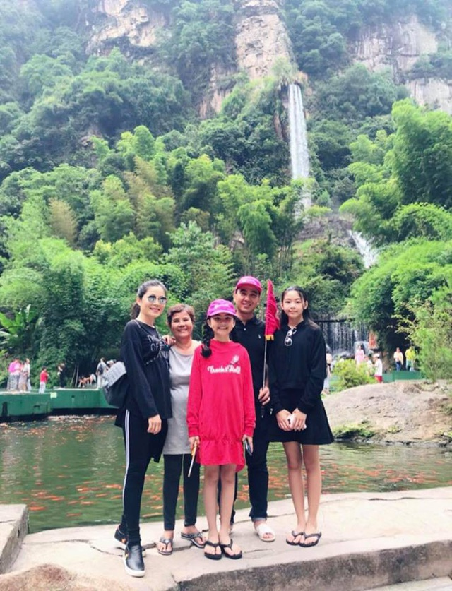 Trong chuyến đi nghỉ mới nhất của cả gia đình nam MC, Dạ Thảo - vợ của nam diễn viên Quyền Linh - đã đăng tải những tấm hình kỷ niệm của gia đình trong chuyến du lịch tới Phượng Hoàng cổ trấn kèm lời bình dí dỏm: Hôm nay là ngày có những con số khá đẹp (08-8-2018), mẹ Thảo tải lên... 18 bức ảnh để kỉ niệm.