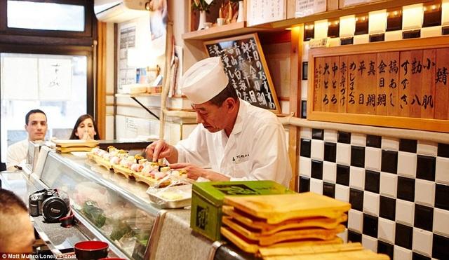 Du khách được khuyên nên dùng sushi trong quán nhỏ kiểu truyền thống ở Tokyo (Nhật Bản). Đây là trải nghiệm đứng trong top 3.