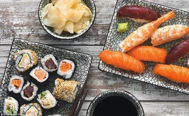 """Thực khách cũng được khuyến khích gia tăng cảm nhận về trải nghiệm ăn sushi bằng cách trò chuyện với đầu bếp phục vụ để hiểu hơn về món ẩm thực lâu đời này. Nếu cửa hàng có dịch vụ, hãy đăng ký học nhanh cấp tốc cách làm sushi kiểu """"nhà nghề Nhật Bản""""."""