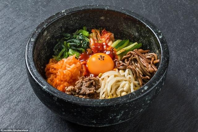 """Món cơm trộn """"bibimbap"""" của Hàn Quốc không chỉ được ngợi khen bởi hương vị mà còn bởi vẻ đẹp thẩm mỹ bắt mắt. Món này đứng thứ 8."""
