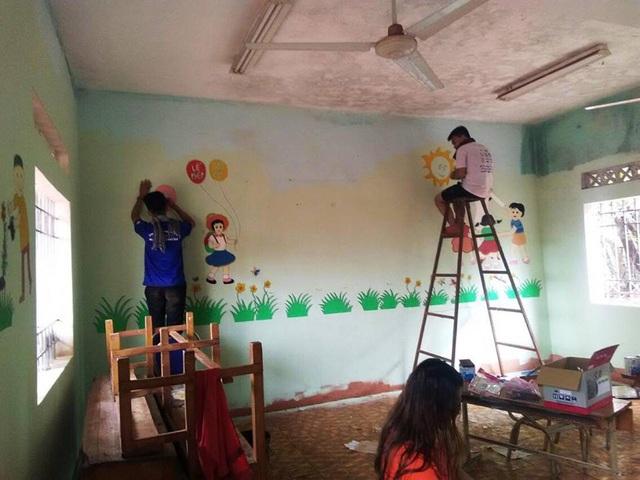 Các bạn sinh viên tình nguyện đã sơn sửa lại các phòng học cho học sinh trước thềm năm học mới