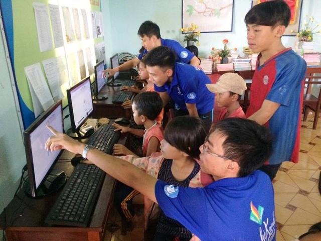 Các bạn sinh viên tình nguyện đã hướng dẫn cho các bạn học sinh ở xã Ia Le sử dụng Internet