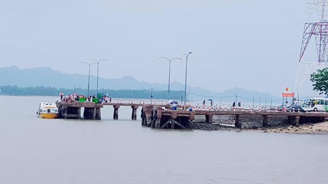 Tàu cao tốc hối hả đón khách kịp giờ cấm biển