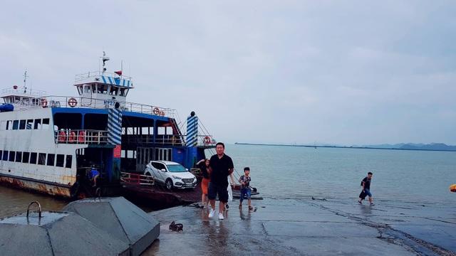 Du khách trên chuyến phà cuối cùng từ Cát Bà về trước giờ cấm biển