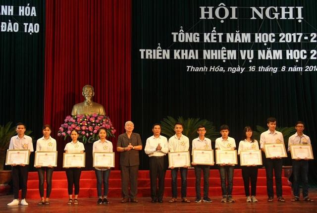 Trao Bằng khen của Chủ tịch UBND tỉnh Thanh Hóa và tiền thưởng cho 12 học sinh đạt thành tích xuất sắc trong kỳ thi THPT quốc gia năm 2018.