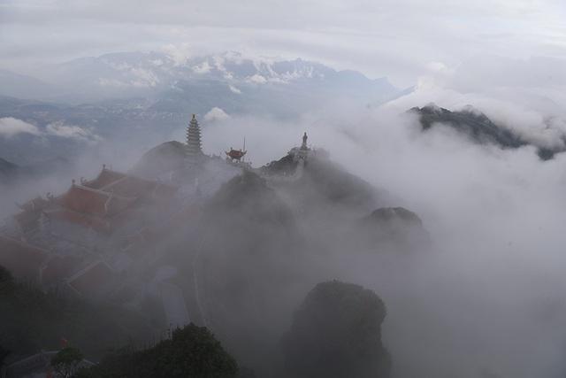 Khu cảnh tại quần thể Fansipan huyền ảo lên rất nhiều khi có nhiều mây phủ.