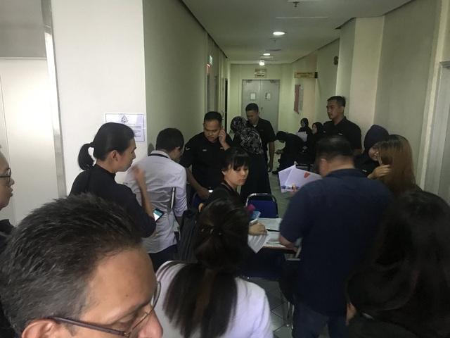 Những người tham dự phiên tòa được yêu cầu giao nộp điện thoại cho cảnh sát trước khi vào phòng tuyên án. (Ảnh: Twitter)