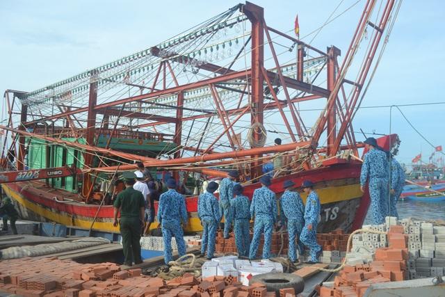 Tàu cá Quảng Bình với 8 ngư dân bị hỏng hộp số được lai dắt về đảo Lý Sơn an toàn