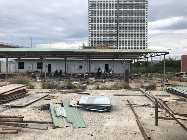 Các lán trại cho công nhân ở gần công trình đã dở bỏ khi công trình xây chưa xong