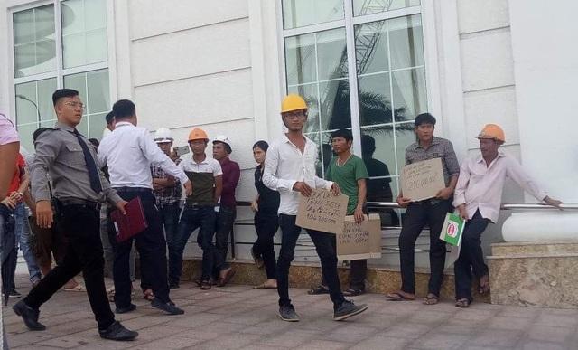 Công nhân tập trung yêu cầu nhà thầu Công trình trả nợ tiền lương