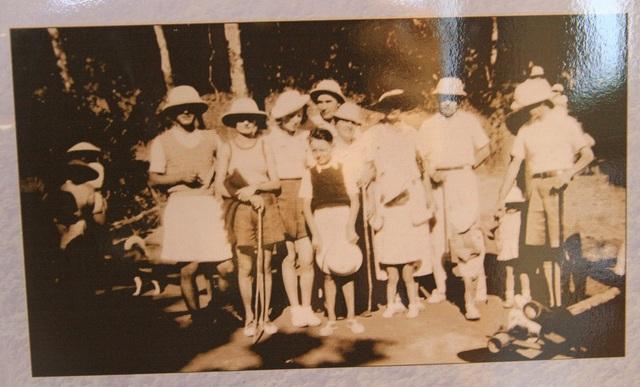 Những vị khách du lịch tại Bạch Mã (ảnh chụp vào năm 1936, sau 1 năm Bạch Mã đón khách, nguồn: Claudine Richard)