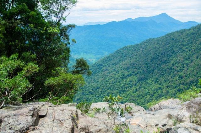 Trên đỉnh thác Đỗ Quyên cao 300 mét. Nhìn ra phía xa sẽ thấy đỉnh núi Mang ở xa nhất, cao nhất vùng với độ cao 1.712 mét so với mực nước biển