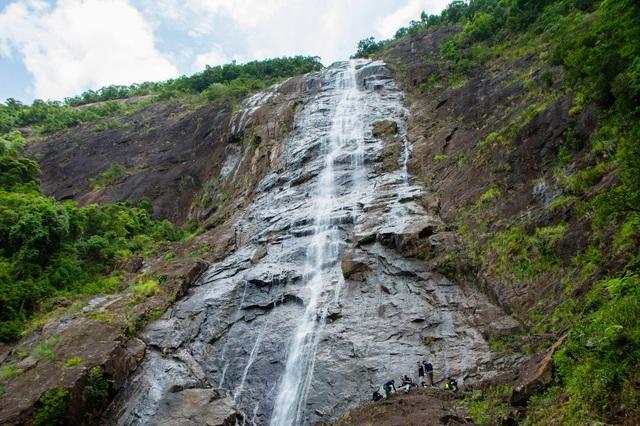 Ngọn thác Đỗ Quyên hùng vĩ là nơi thử thách cho du khách đam mê cảm giác mạnh với 689 bậc cấp, cao 300 mét