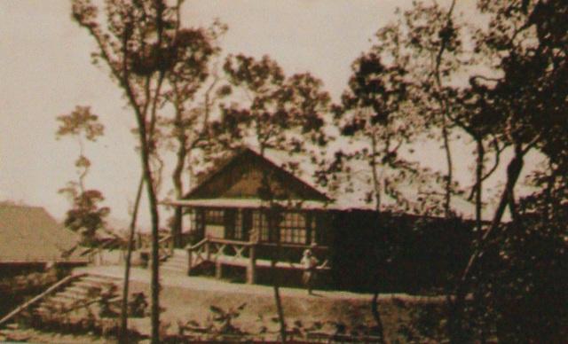 Ngôi nhà của gia đình ông Grethen - công chức người Pháp ở tại Chalet 1 (Chalet: Kiểu biệt thự, nhà nghỉ mát làm bằng gỗ) - ảnh: Tân Hội Đô Thành Hiếu Cổ chụp năm 1939 và tham khảo tài liệu ông Thân Trọng Ninh