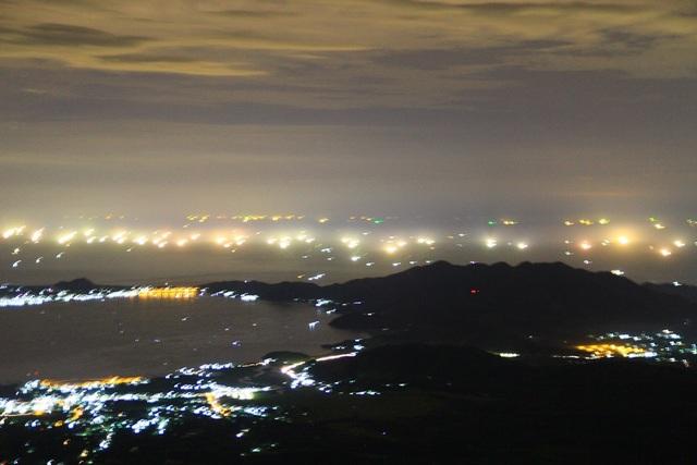 Cảnh đầm phá Cầu Hai và khu kinh tế Chân Mây - Lăng Cô nhìn từ Bạch Mã xuống về đêm