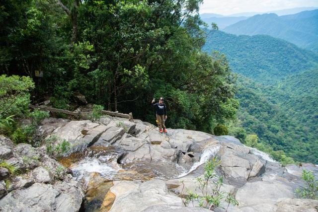 Chênh vênh trên đỉnh thác