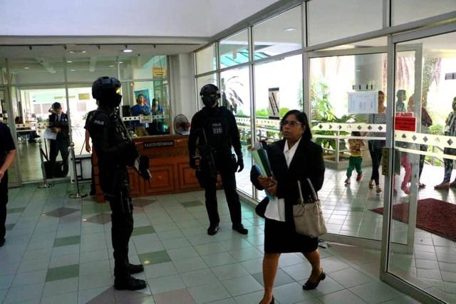 Cảnh sát Malaysia đứng gác ngay cửa ra vào tại khu vực diễn ra phiên tòa. (Ảnh: Royal Malaysia Police Facebook)