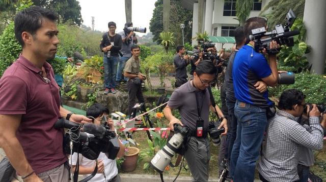 Theo thông tin từ cảnh sát Malaysia, hàng chục phóng viên địa phương và quốc tế đã có mặt tại khu vực tòa thượng thẩm Shah Alam từ lúc 7 giờ sáng. (Ảnh: Melissa Gob Twitter)