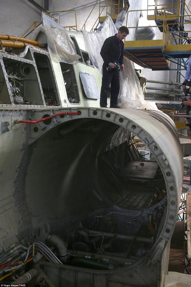 Những hình ảnh ghi lại cho thấy không khí làm việc hối hả của các kỹ sư và công nhân nhằm đảm bảo việc lắp đặt máy bay theo đúng tiến độ và đảm bảo chất lượng để có thể sẵn sàng bay thử nghiệm theo đúng kế hoạch. Ngoài ra, phần khung máy bay đang gần như được lắp đặt hoàn thiện.