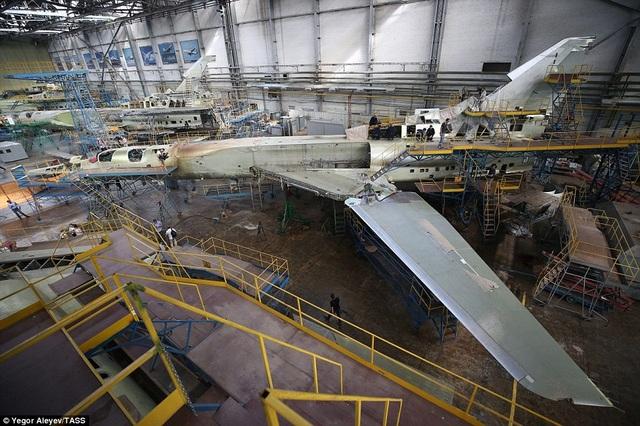 Các công nhân và kỹ sư kiểm tra tỉ mỉ quá trình lắp ráp các bộ phận trên máy bay Tu-22M3M mới.