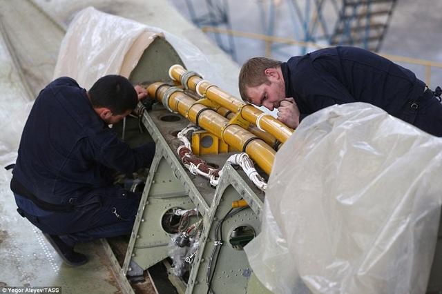 Vũ khí đáng chú ý nhất trên Tu-22M3M trong lần cải tiến này chính là tên lửa siêu thanh Kh-32. Kh-32 được mô tả có rất nhiều đặc điểm giống như tên lửa đường đạn khí động (aero-ballistic). Được trang bị động cơ lỏng, Kh-32 có thể bay lên độ cao 39 km, trước khi chuyển hướng lao thẳng xuống mục tiêu. Theo phía Nga, tốc độ của Kh-32 là Mach 5 (6.200 km/h), tầm bay trên 1.000 km. Kh-32 được dẫn đường bằng hệ thống kết hợp giữa hệ thống vệ tinh định vị toàn cầu GLONASS và radar chủ động. Nhờ sức công phá mạnh mẽ của tên lửa Kh-32, Tu-22M3M được mệnh danh là sát thủ diệt hạm siêu thanh.