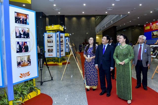 Chủ tịch Quốc hội Nguyễn Thị Kim Ngân và Phó Thủ tướng Phạm Bình Minh xem triển lãm về hoạt động ngoại giao những năm qua