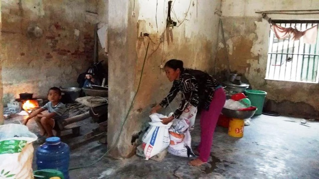 Mẹ con chị Thu dùng căn nhà cũ để là nơi vừa sinh hoạt, nấu ăn hàng ngày. Còn ngôi nhà mới, phải vay tiền ngân hàng để xây dựng thì giờ đang nợ.
