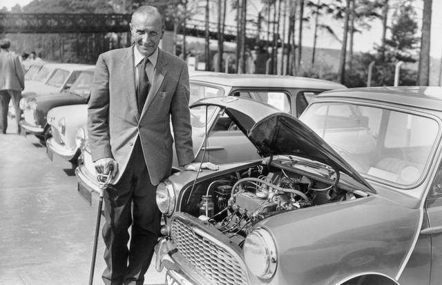 Alec Issigonis bên thiết kế xe MINI đột phá của mình
