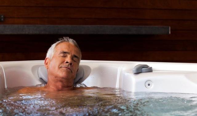 Không nên ngâm nước quá nóng trong thời gian quá lâu