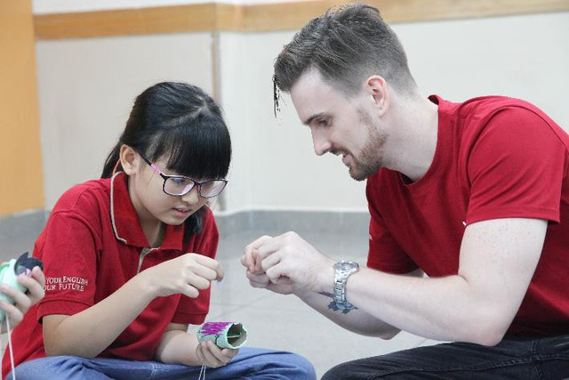 Bé được giáo viên nước ngoài trực tiếp hướng dẫn làm con rối để học về các bộ phận trên cơ thể.