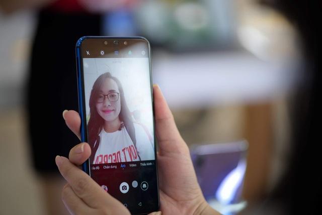 Nova 3i gây ấn tượng với bộ đôi camera selfie lên đến 24MP, có khả năng xóa phông, hỗ trợ làm đẹp thông minh và chụp ảnh thiếu sáng hiệu quả