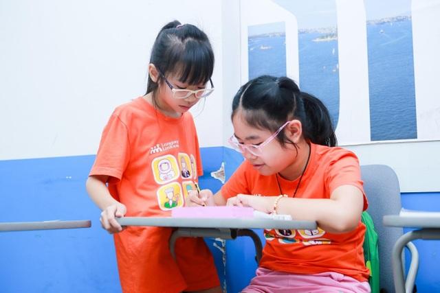 Kết hợp giữa nghe giảng và học qua hoạt động giúp tiếp thu hiệu quả.