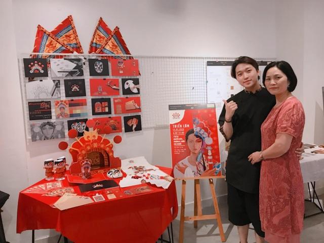 Sau tất cả, mẹ của Phong đã đến tham dự buổi bảo vệ đồ án để ủng hộ con trai mình.