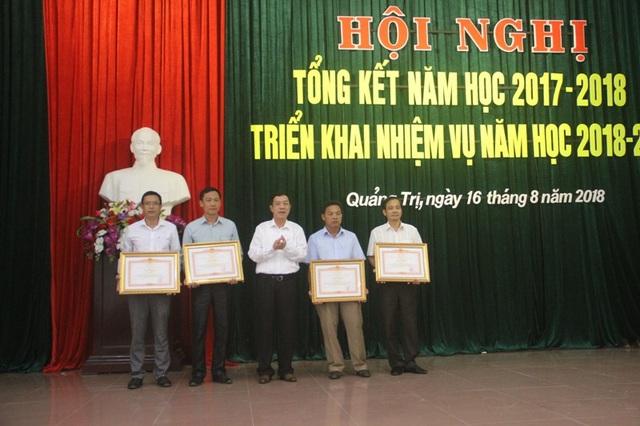 Lãnh đạo UBND tỉnh Quảng Trị tặng bằng khen cho các cá nhân...