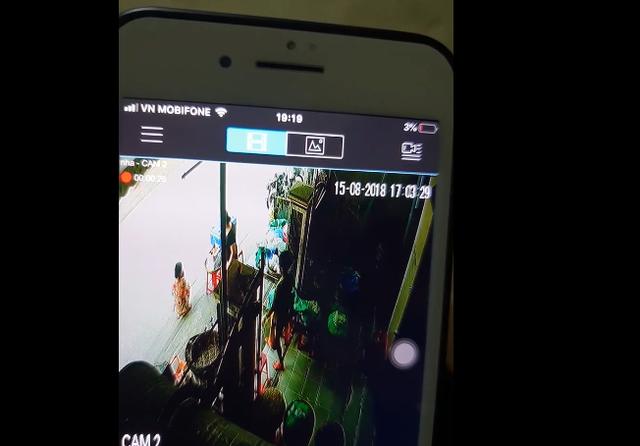 """Hình ảnh được cho là vụ """"bắt cóc"""" được camera ghi lại. (Ảnh cắt từ clip)"""