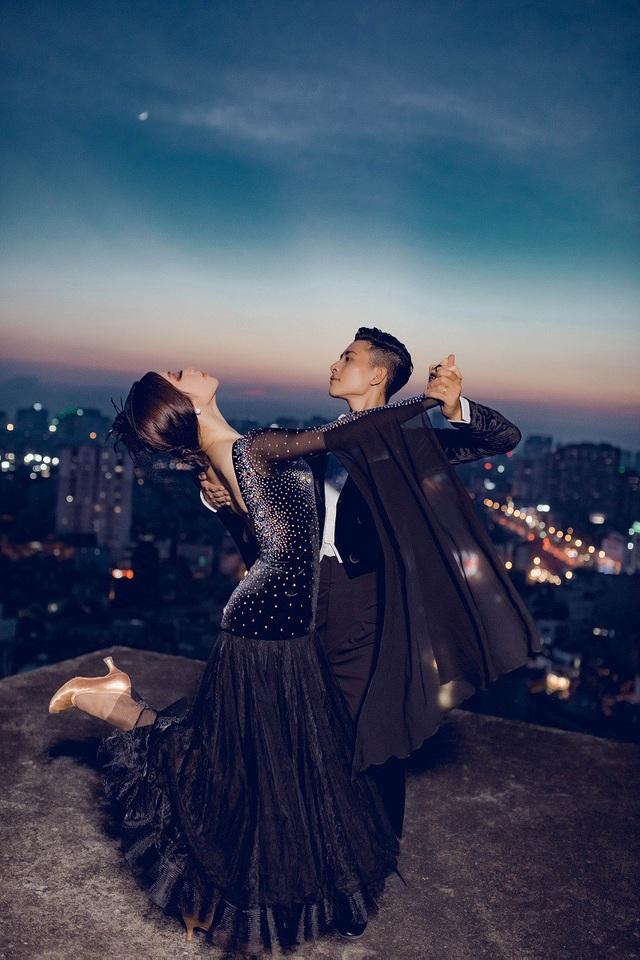 Cùng là đồng nghiệp, là bạn diễn, cặp đôi yêu nhau 1 năm 3 tháng thì quyết định về chung một nhà. Ngọc Hà chia sẻ, từ lúc quen cho tới lúc yêu và cưới, cuộc sống của cả hai đều gắn với dancesport.