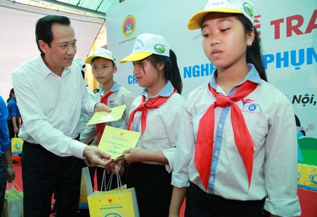 Bộ trưởng Đào Ngọc Dung trao quà tới trẻ em nghèo xã Phụng Công.